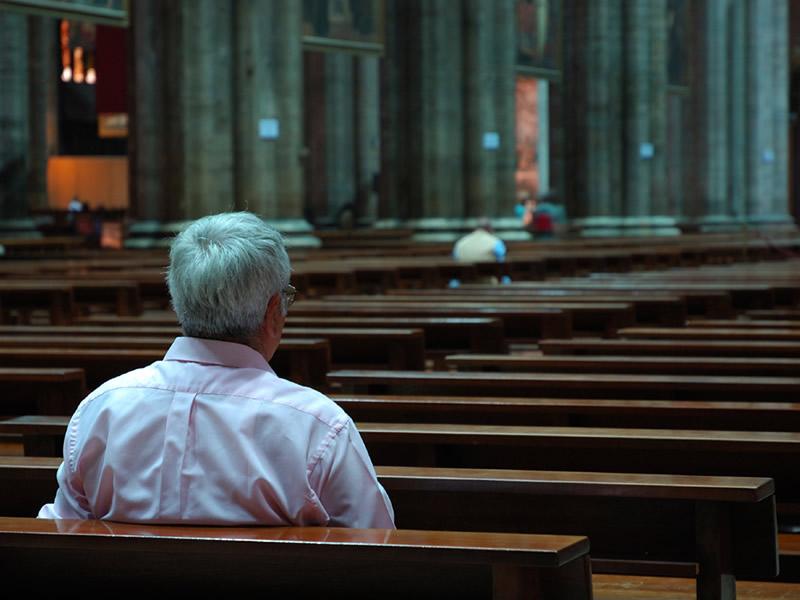 uomo in chiesa
